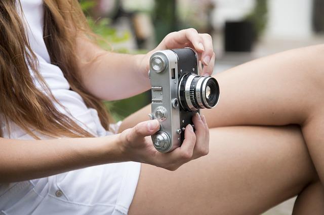 fotoaparát v rukách dívky