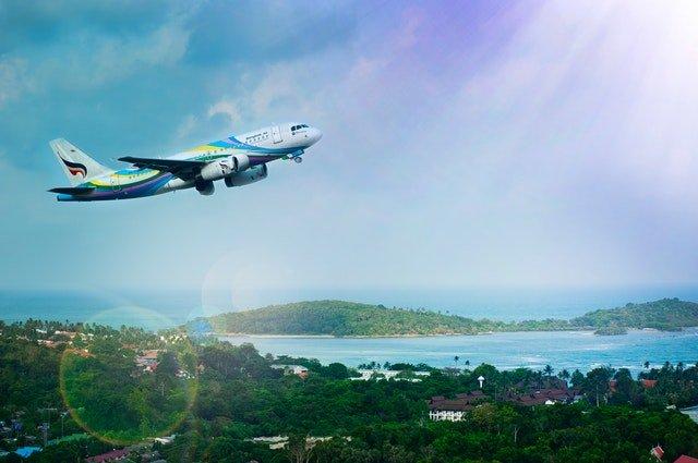 Lietadlo, ktoré letí nad krajinou