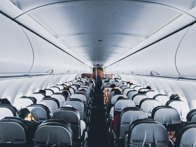 Ľudia sediaci v lietadle