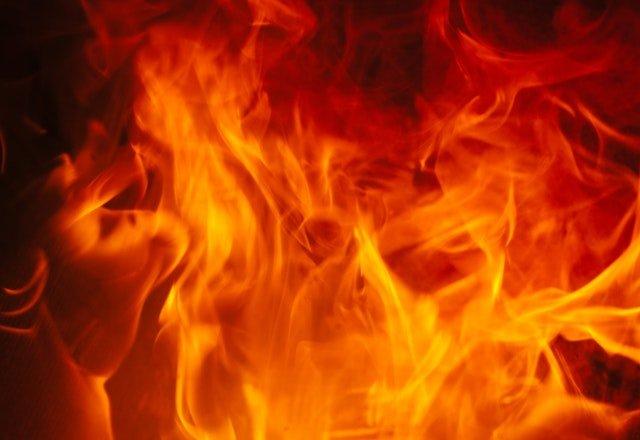 Červené šľahajúce plamene ohňa