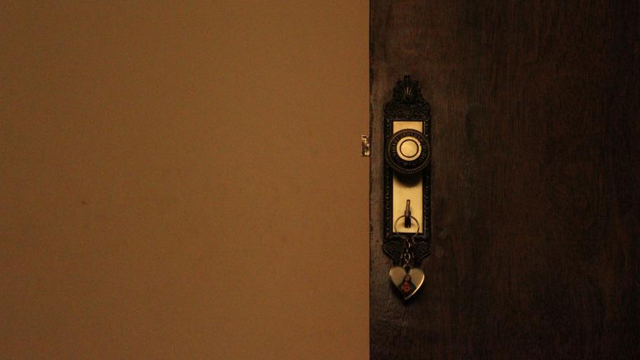 Tmavohnedé dvere a svetlohnedá stena