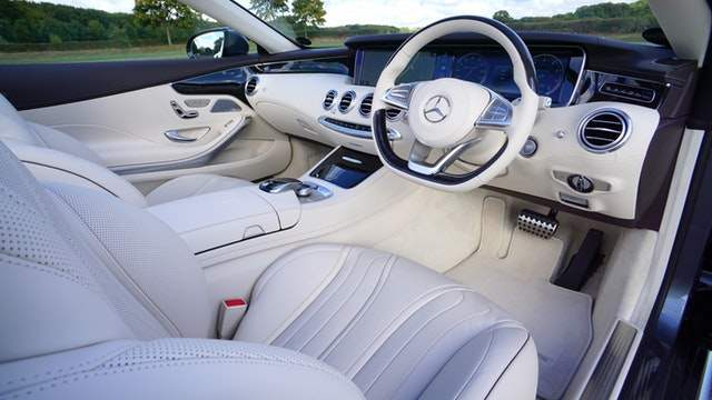 interiér luxusného auta