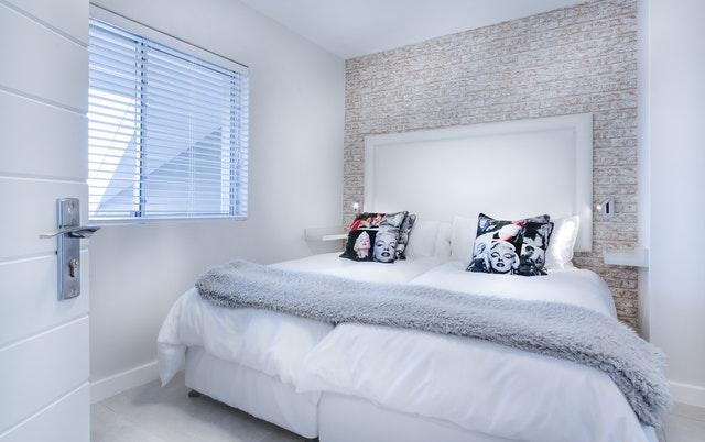 moderná veľká posteľ