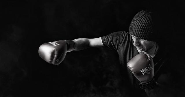 Muž v boxerských rukaviciach boxuje.jpg