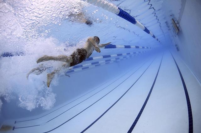 Muž pláva v plaveckom bazéne.jpg