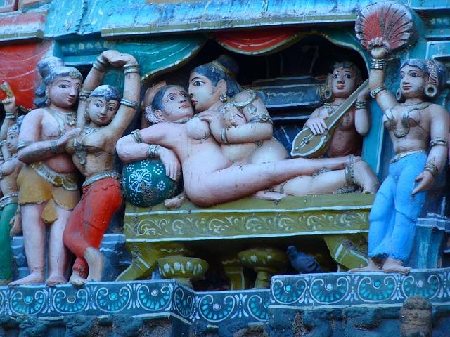 Hinduistické sošky v erotických pózach