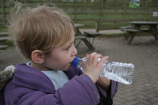 Chlapec zaháňa smäd.jpg