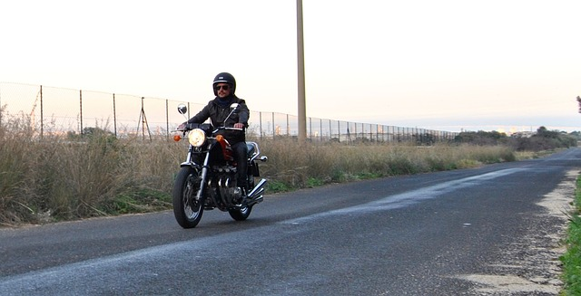 Motorkár jazdí po ceste